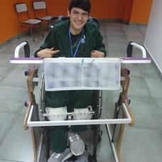 Imagan de frente de un chico en la escuela utilizando la Mesa Inclusiva Robbina