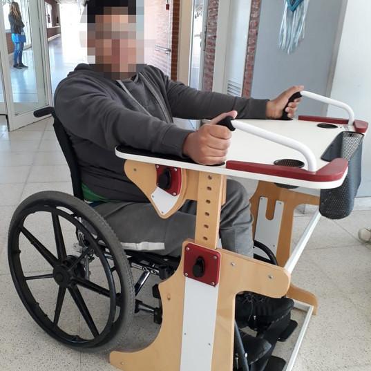 Chico en escuela utilizando la Mesa Inclusiva Robbina