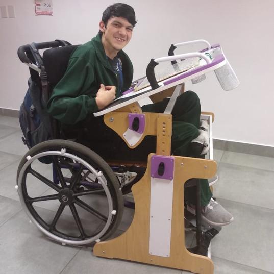 Chico en escuela usando la Mesa Inclusiva Robbina