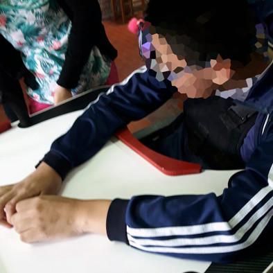 Niño en escuela usando la Mesa Inclusiva Robbina