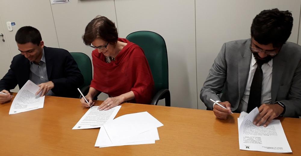Na imagem o Procurador da República Tiago Gutierrez, a Reitora da FURJ/UNIVILLE Sandra Furlan e o Procurador da República Flavio Pavlov assinam o termo de parceria.