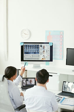 doctors-examining-the-x-ray-images-H5GHA