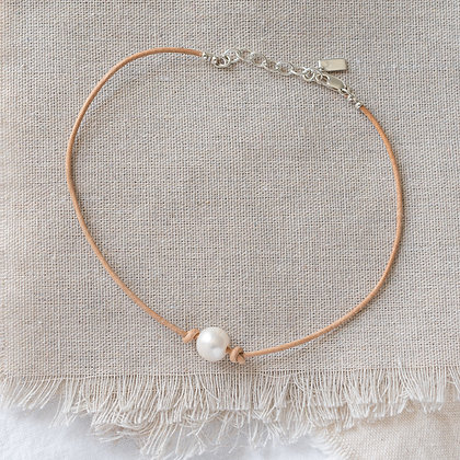 Bohemian Leather and Pearl Choker in Natural