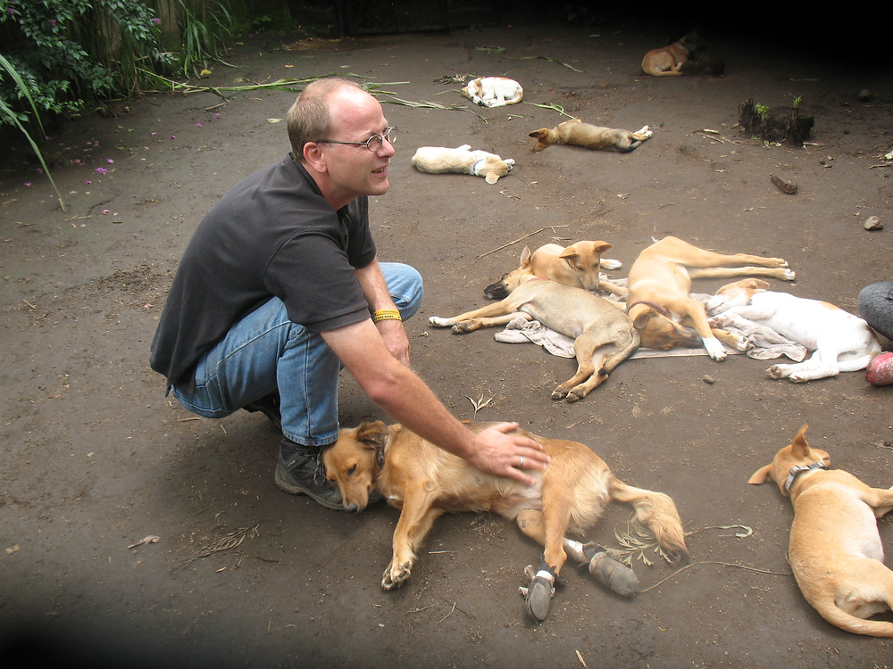 Jens with the MwA puppies