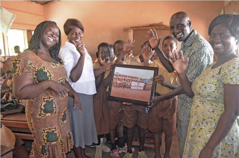 Aluizah presents the Donkey KC with a group photo