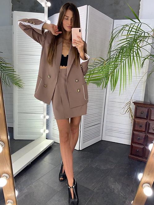 Костюм с двубортным пиджаком и короткой юбкой фото
