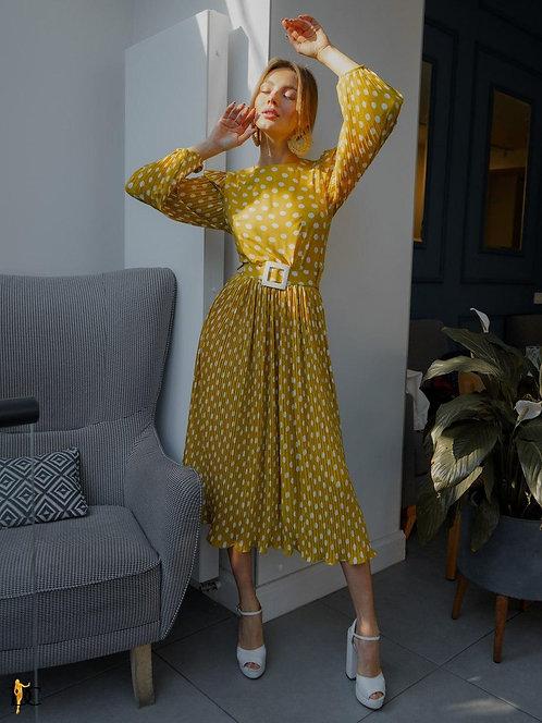 Желтое плиссированное платье миди в горох фото