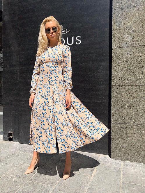Бежевое платье миди в голубой цветочек фото