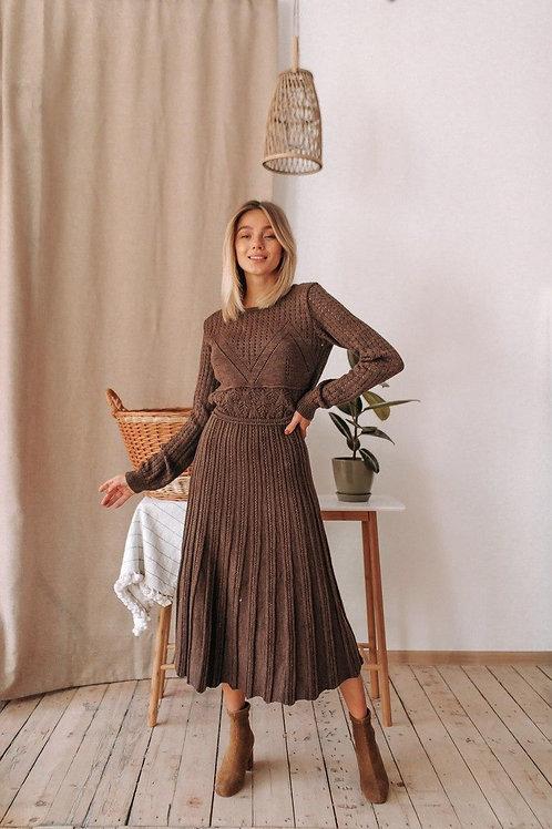 Шоколадное ажурное вязаное платье миди фото