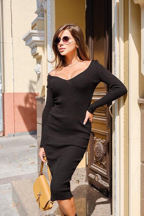 Черное обтягивающее платье миди в рубчик фото