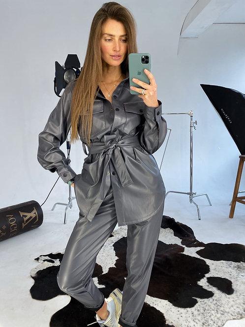 Серый кожаный брючный костюм фото