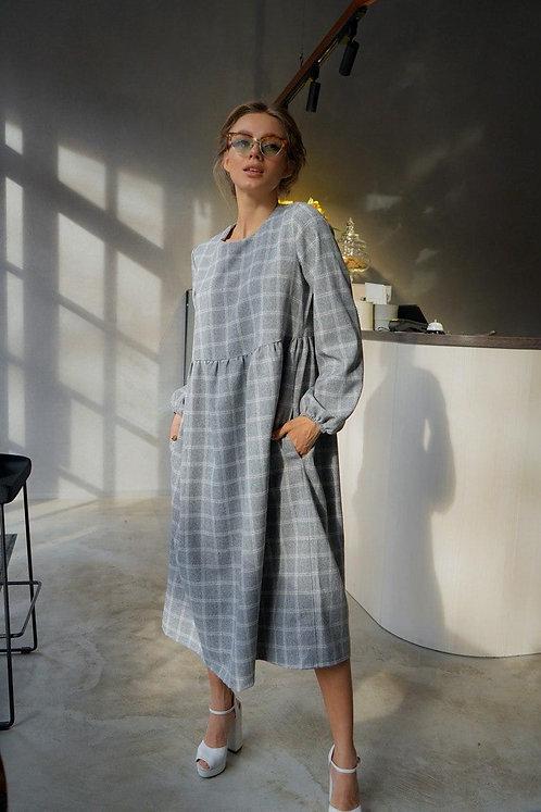 Серое платье миди в клетку с длинным рукавом фото