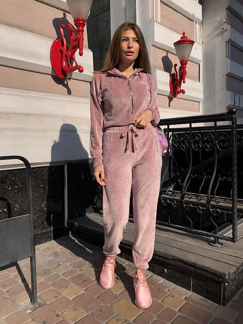 Розовый велюровый комбинезон фото