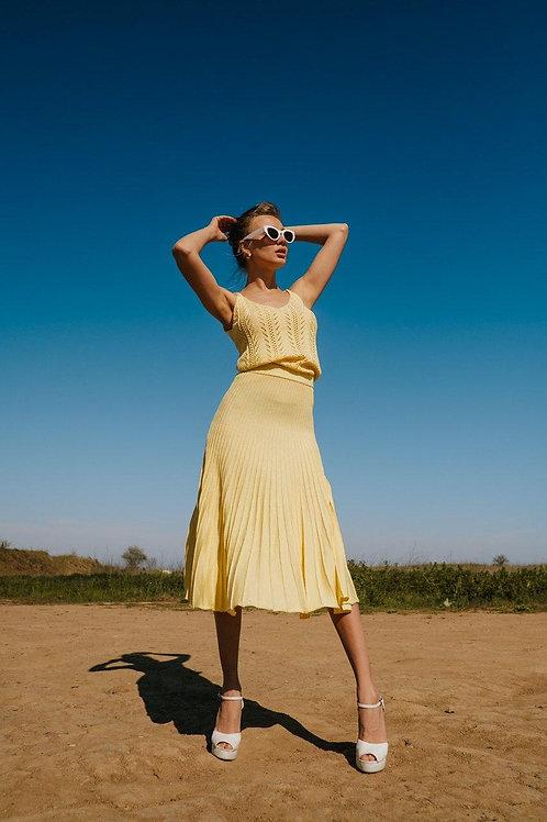 Желтый вязаный костюм топ и юбка миди фото
