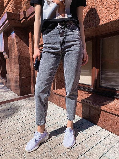 Светло-серые укороченные джинсы мом высокой посадки фото