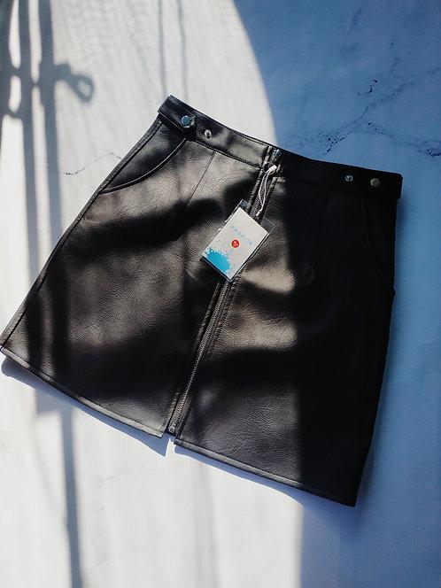Черная кожаная юбка мини с молнией и колечком фото