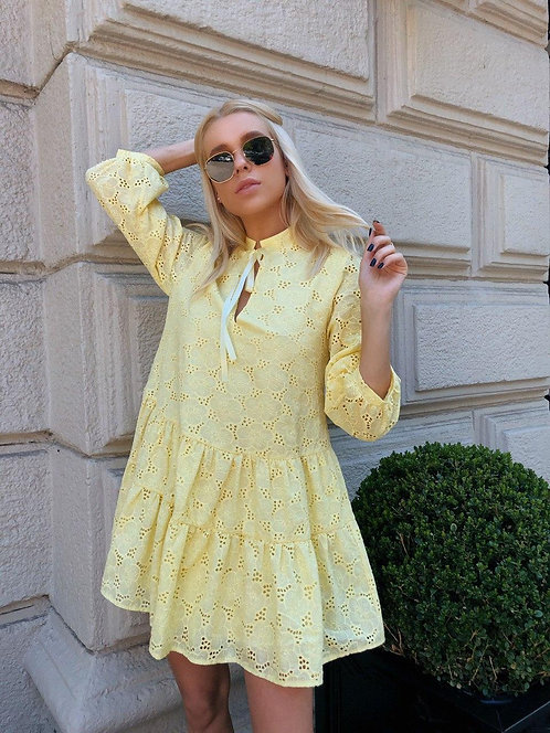 Желтое короткое платье из хлопковой прошвы фото