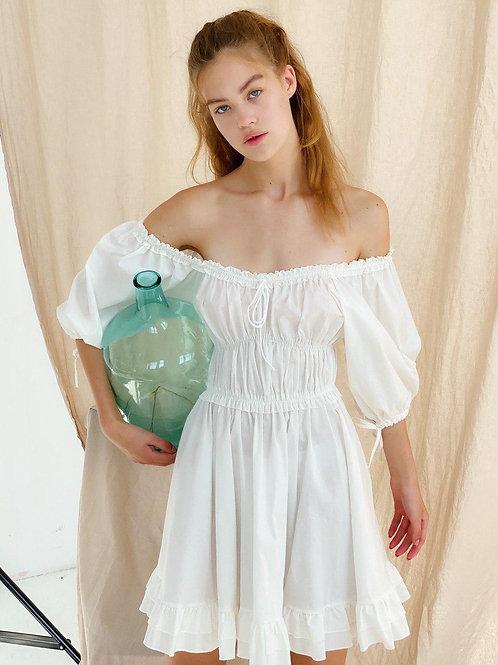 Белое короткое пышное платье с драпировкой фото