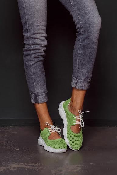 Натуральные замшевые летние салатовые кроссовки с вырезами фото