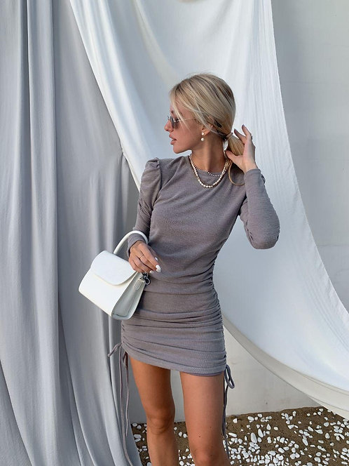 Серое платье мини на затяжках по бокам фото