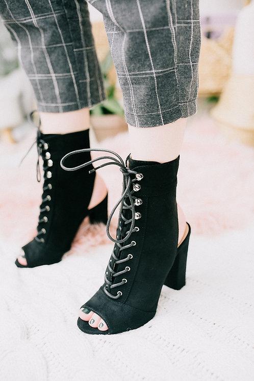 Черные замшевые высокие закрытые босоножки на каблуках со шнуровкой Италия фото