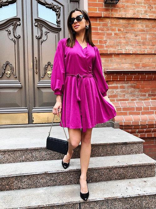 Льняное расклешенное короткое платье на запах цвета фуксия фото