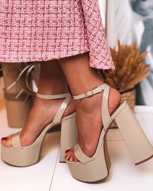 Бежевые лаковые босоножки на диско каблуках фото