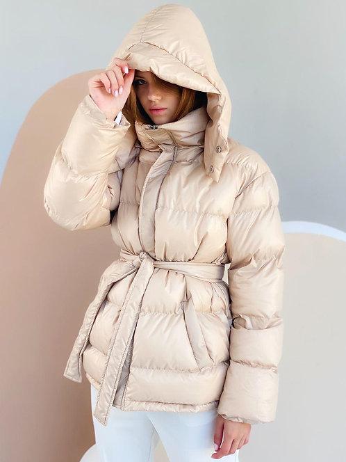 Бежевая короткая зимняя куртка с капюшоном фото