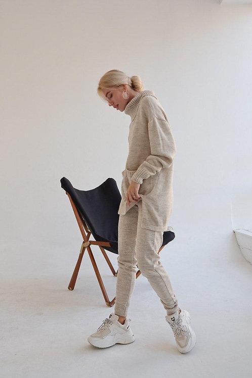Светло-бежевый вязаный костюм с объемным свитером фото