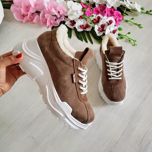 Бежевые натуральные замшевые женские кроссовки на платформе фото