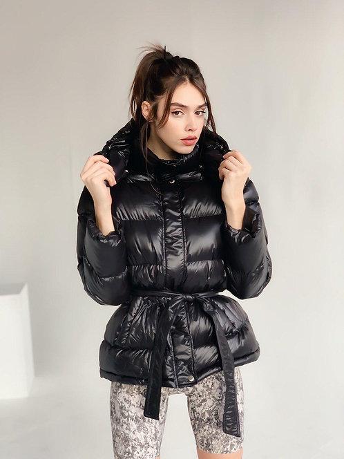 Короткая черная куртка с поясом и капюшоном фото
