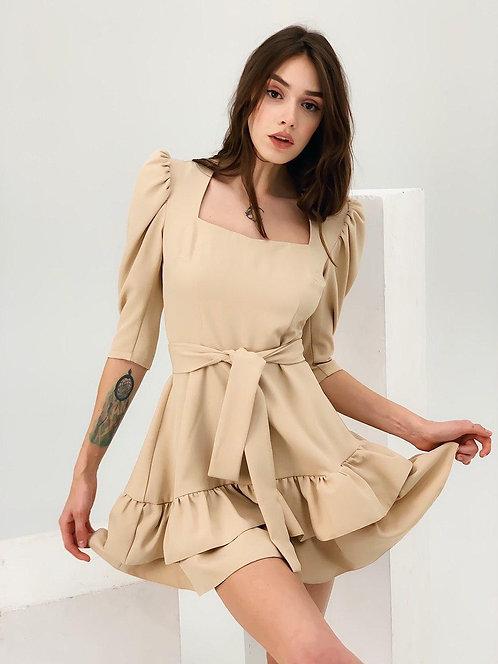Бежевое короткое платье с оборками фото