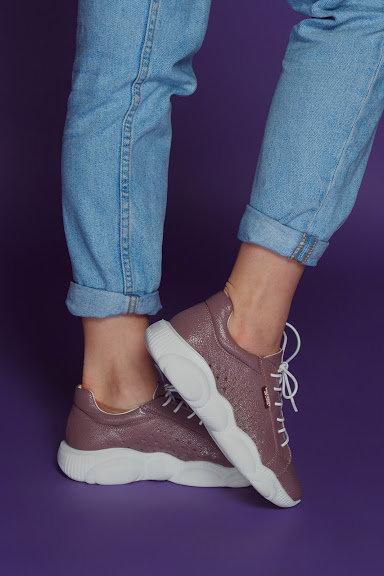 Сливовые натуральные кожаные кроссовки с перфорацией фото