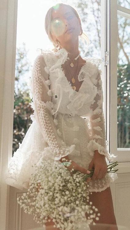 Белое короткое платье с объемными цветами фото