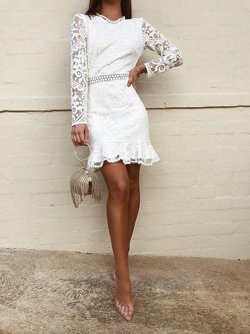 Белое кружевное платье мини с открытой спиной фото