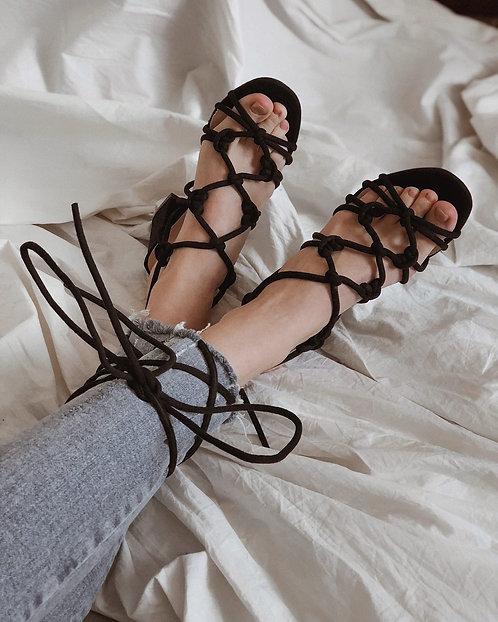 Черные замшевые босоножки с завязками вокруг ноги Италия фото