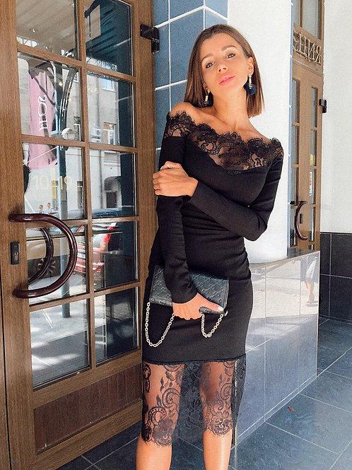 Элегантное приталенное платье миди с открытыми плечами и кружевом