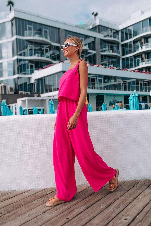 Ярко-розовый костюм топ с пряжками и широкие брюки фото