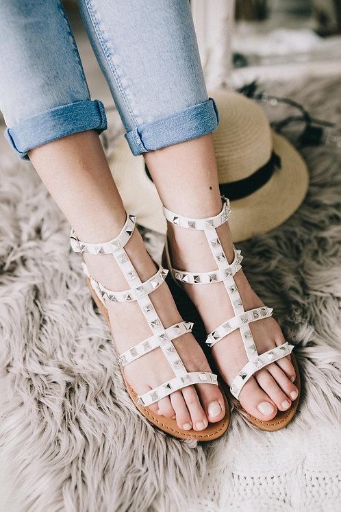 Белые сандалии с тонкими шлейками и заклепками Италия фото