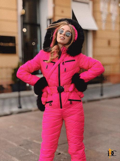 Ярко-розовый лыжный комплект: комбинезон, варежки и сумка фото