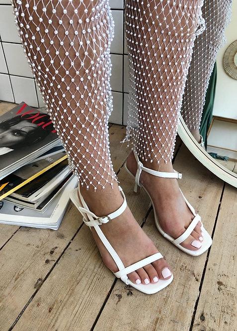 Белые босоножки с тонкими шлейками на каблуках рюмочках Италия фото