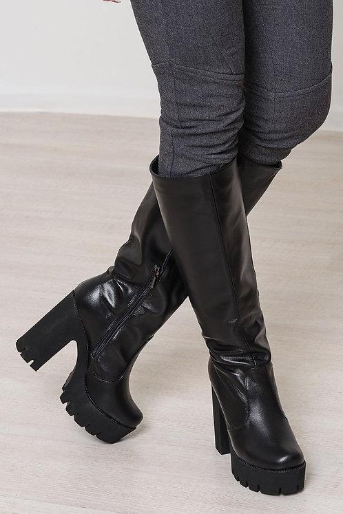 Черные кожаные высокие сапоги на тракторной подошве и каблуках фото