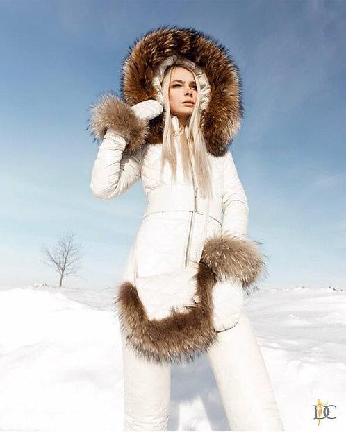 Белый лыжный комплект: комбинезон, варежки и сумка фото