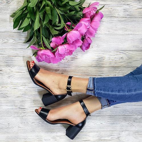 Натуральные босоножки черного цвета на удобном каблуке фото