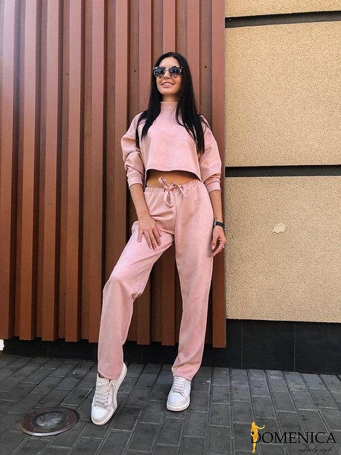 Замшевый розовый спортивный костюм с коротким свитшотом