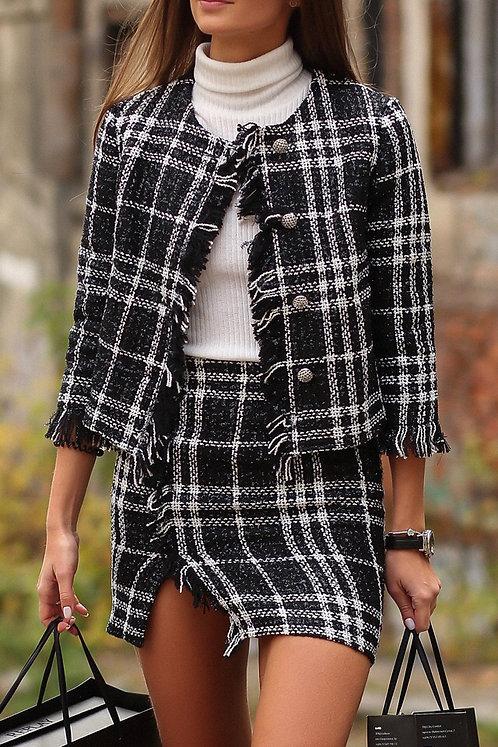 Черный твидовый костюм с юбкой в стиле Chanel в белую клетку фото