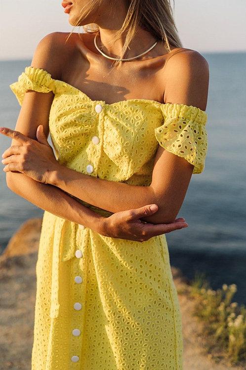 Желтое приталенное платье с открытыми плечами фото