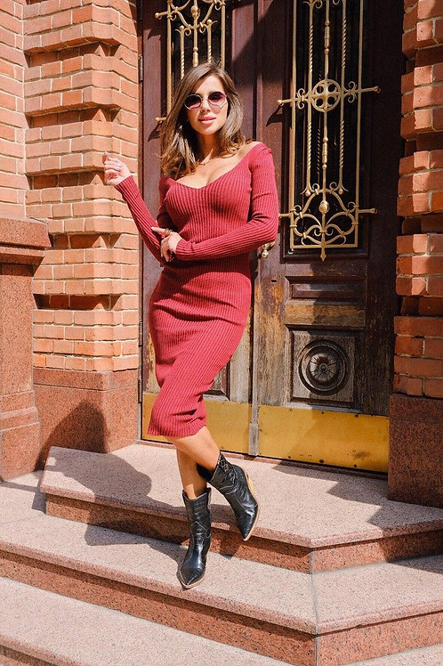 Бордовое обтягивающее платье миди в рубчик фото