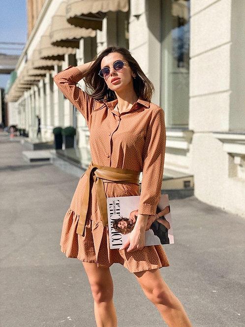 Кирпичное короткое платье-рубашка в горошек фото