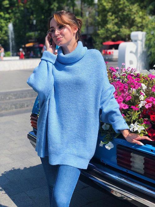 Голубой свитер oversize с высоким горлом фото